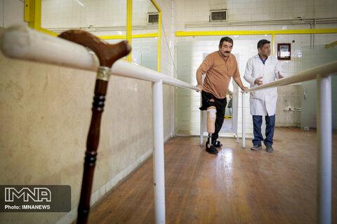 افرادی که برای اولین بار از پروتز پا استفاده می کنند برای بهتر راه رفتن از عصا و ویلچر استفاده می کنند