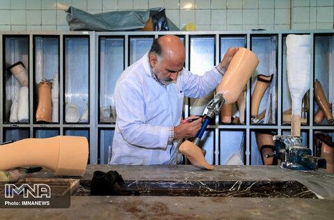 برای ساخت پروتز پا ابتدا قالب گیری و سپس اصلاح قالب و نصب پروتز انجام می شود