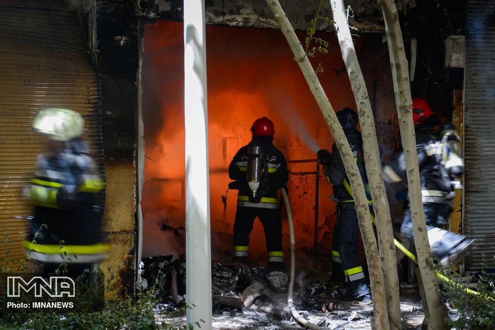 ۴  آتشنشان در آتشسوزی فروشگاه راهی بیمارستان شدند