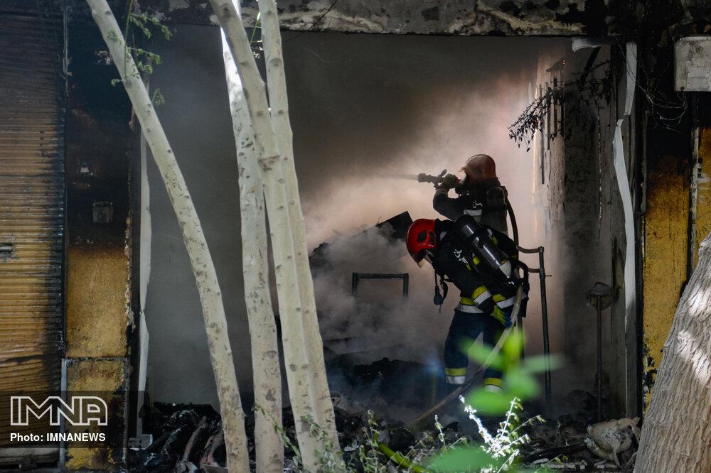 مصدومیت یک آتش نشان در حادثه آتش سوزی منزل مسکونی در رشت