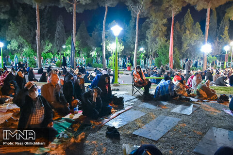 مراسم احیای شب بیست و یکم ماه رمضان در گلزار شهدا نجف آباد