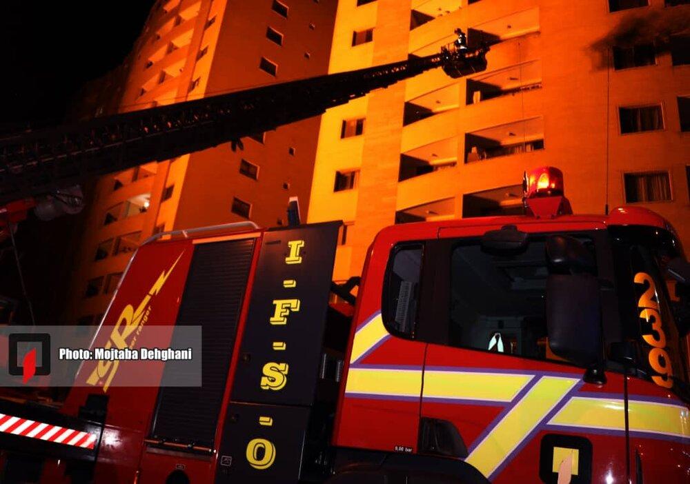 حریق در مجتمع مسکونی ۱۲ طبقه در خیابان حکیم شفایی/۷۰ آتش نشان اعزام شدند