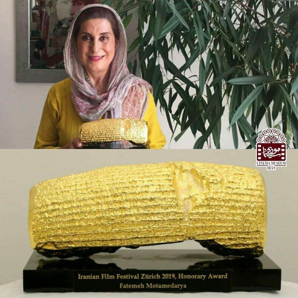 فاطمه معتمدآریا «منشور طلایی کوروش کبیر» را به موزه سینما اهدا کرد