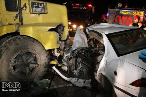 مرگ راننده سمند در برخورد با کامیون در حبیبآباد+ عکس