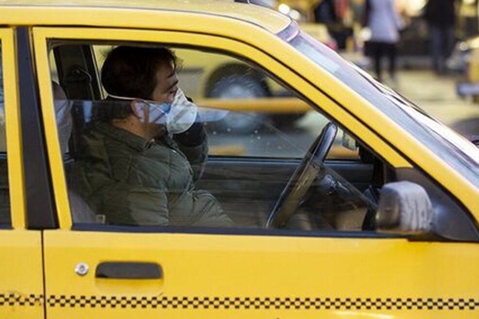 ارائه ماسک و مواد ضدعفونی کننده به تاکسیرانان مشهد توسط گشتهای سیار