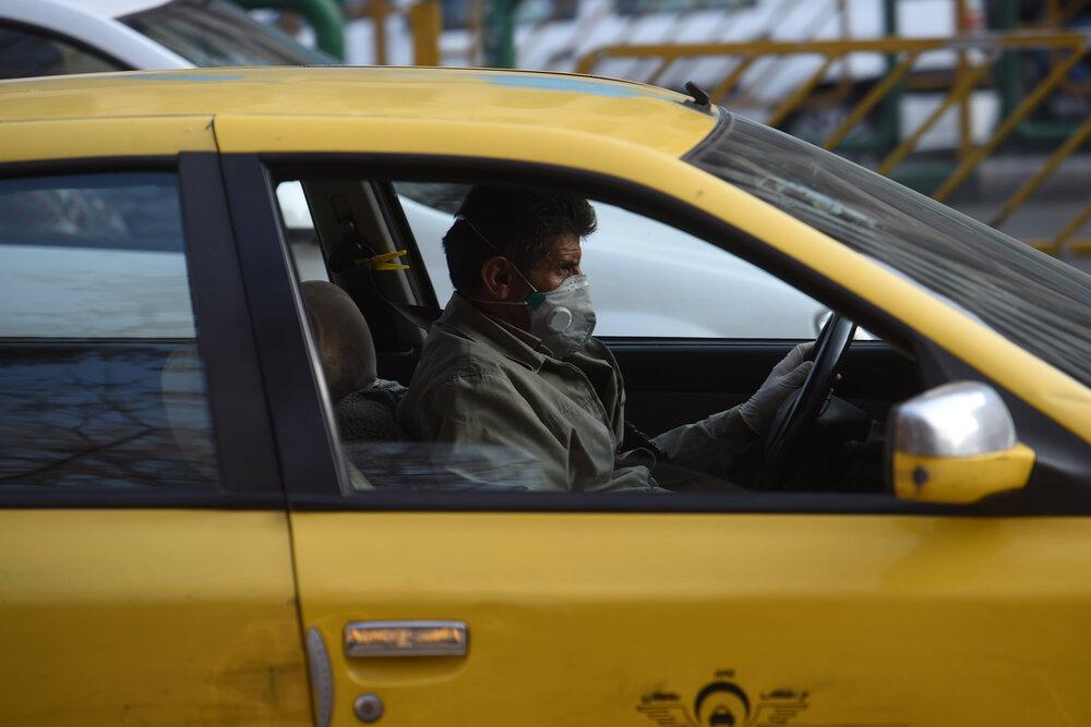 توزیع روزانه ماسک بین رانندگان تاکسی در تبریز
