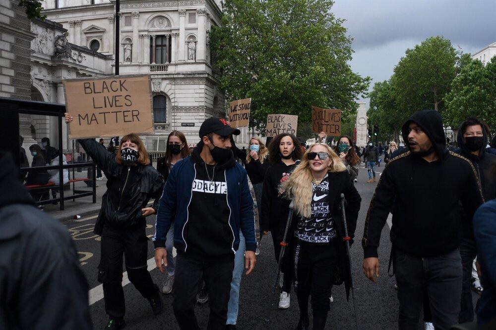 مدونا با کمک عصا به معترضان پیوست + عکس