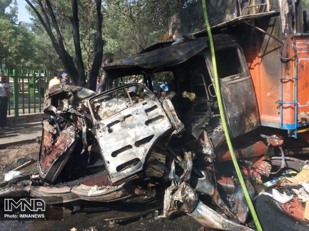 راننده کامیون در تصادف با تانکر گازوئیل در بلوار فرزانگان سوخت+ عکس