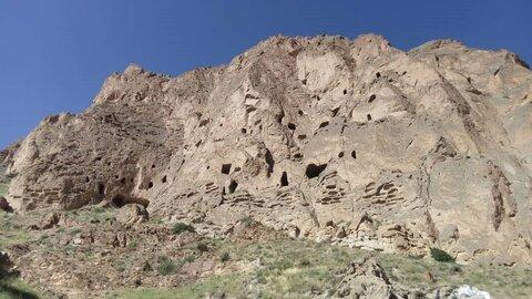 بررسی و شناسایی غارهای دستکَند صخرهای آمل