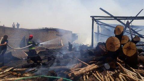 مهار آتش در انبار علوفه در شرق اصفهان