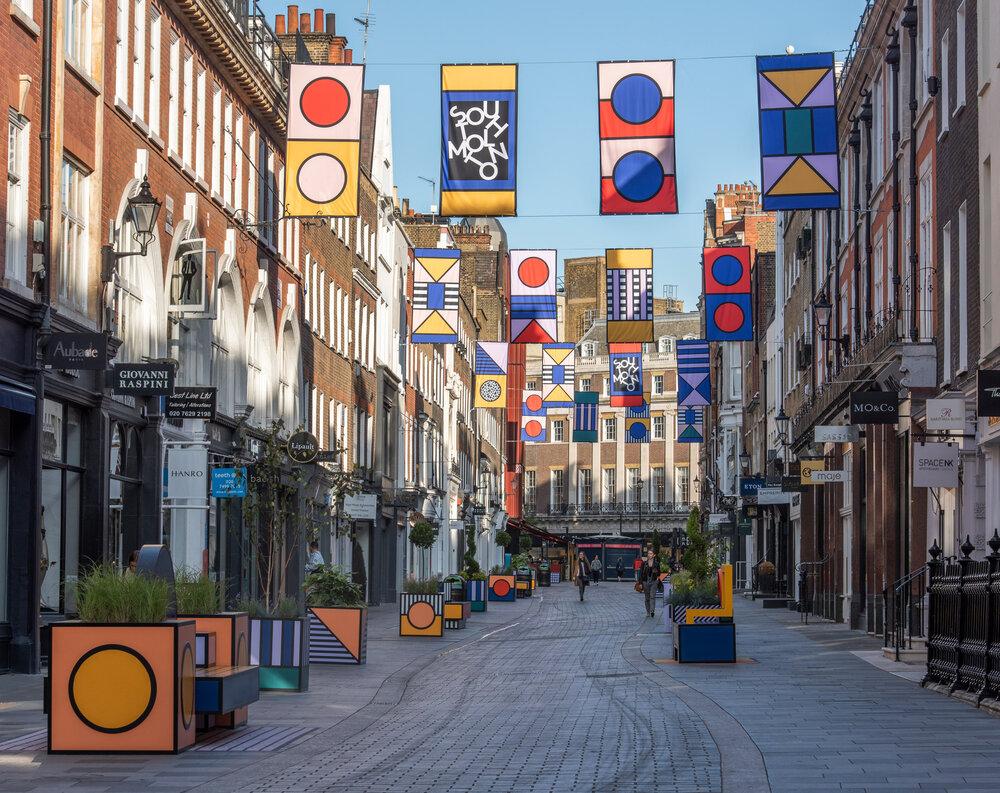 نصب نیمکتهای رنگارنگ در خیابان دوستدار عابر پیاده لندن