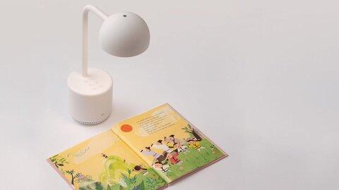ابداع چراغ مطالعه هوشمندی که برای کودکان کتاب میخواند