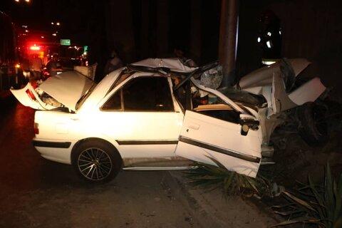 راننده خودرو پژو بعد از تصادف در خودرو محبوس شد+ عکس