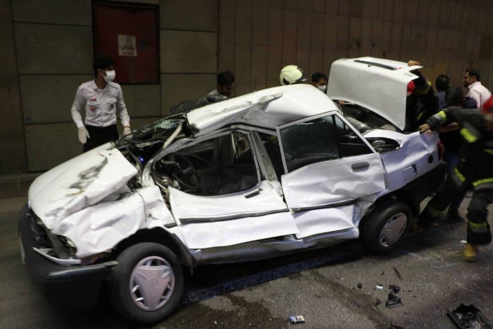 خودرو پراید در زیرگذر خیابان بزرگمهر واژگون شد + عکس