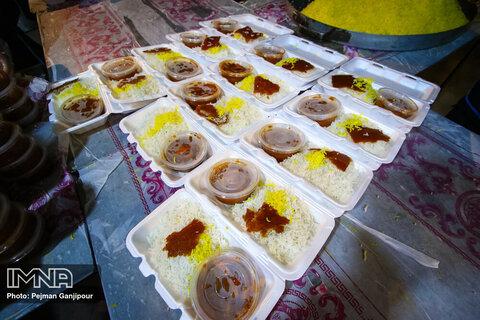 توزیع غذای نذری در مناطق محروم