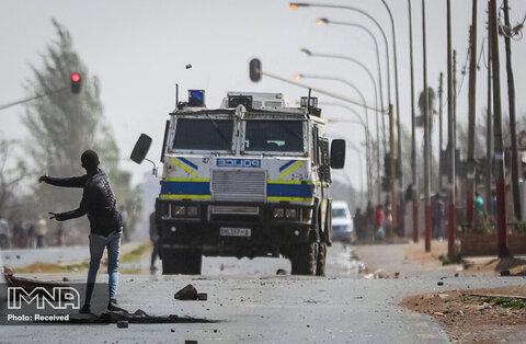 معترضان قتل پسر نوجوان توسط پلیس در ژوهانسبورگ ، آفریقای جنوبی