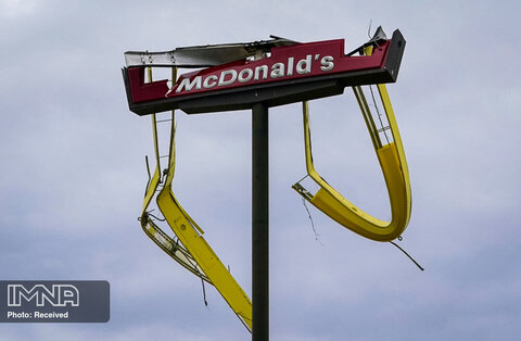 تابلوی مک دونالد پس از عبور طوفان لورا از آیووا ، لوئیزیانا