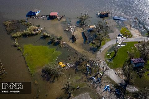 خانه ها پس از طوفان لورا در حوالی هکبری ، لوئیزیانا تخریب شده و در آب غوطه ور شده اند