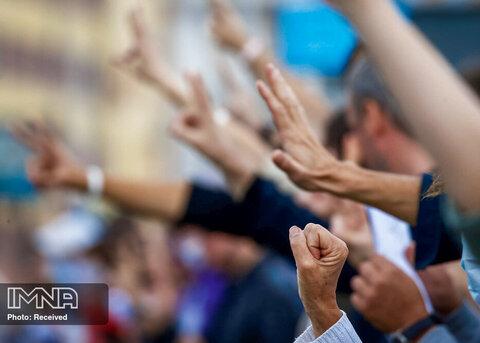 مردم هنگام شرکت در یک راهپیمایی علیه نتایج انتخابات ریاست جمهوری در نزدیکی آکادمی ملی علوم بلاروس در مینسک ، بلاروس ژست می گیرند