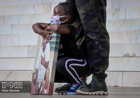 دختر چهار ساله مارکی آلستون که توسط پلیس متروپولیتن واشنگتن مورد اصابت گلوله قرار گرفت و کشته شد ، عکسی از پدرش را در  دست دارد.