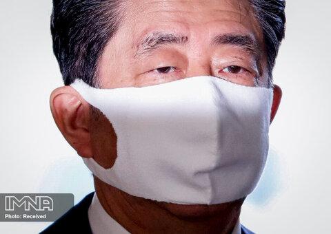 نخست وزیر ژاپن شینزو آبه با ماسک محافظ صورت وارد محل اقامت رسمی خود در توکیو ژاپن می شود