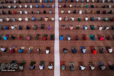 مسلمانان به دنبال اقدامات فاصله ی اجتماعی، در میان شیوع ویروس کرونا در پوتراجایا، مالزی در داخل یک مسجد نماز می خوانند