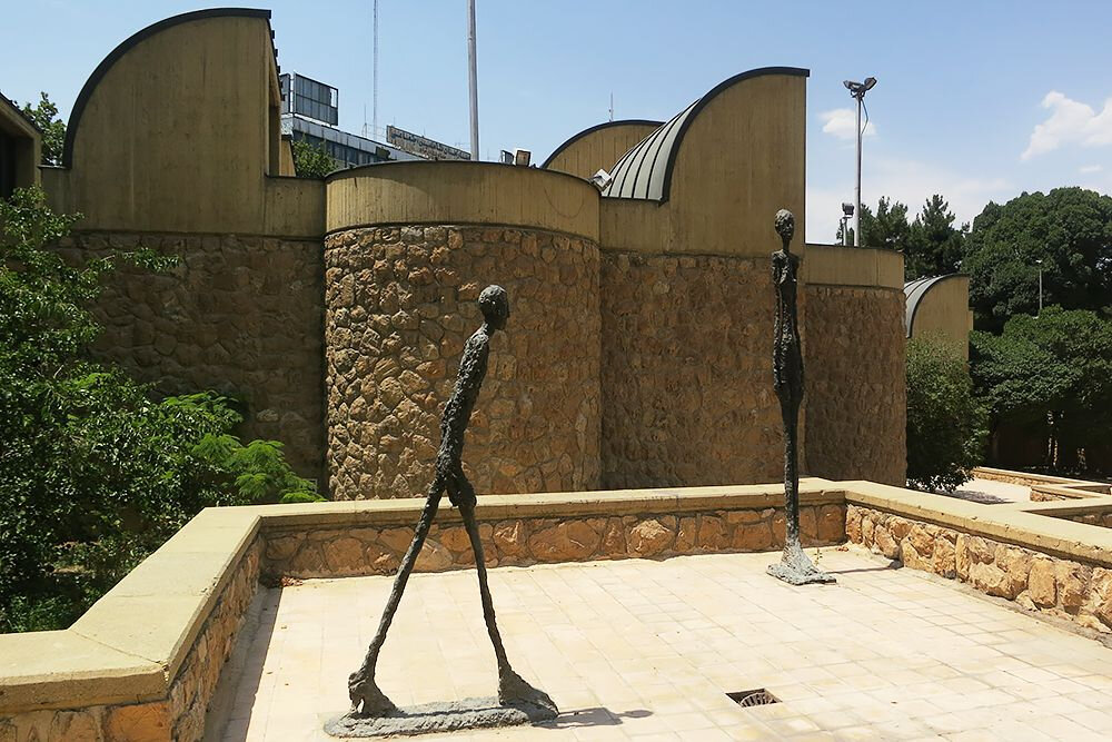 مجسمههای محوطه موزه هنرهای معاصر آبیاری میشدند!