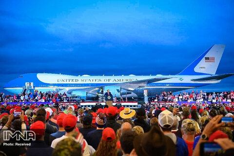 دونالد ترامپ، رئیس جمهور ایالات متحده، هنگام یک راهپیمایی انتخاباتی در فرودگاه بین المللی MBS در فری لند، میشیگان