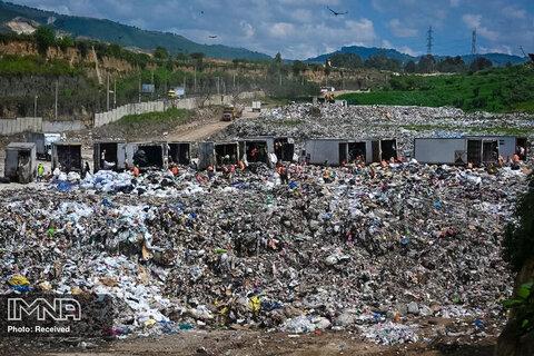 در میان بیماری همه گیر ویروس کرونا ، کارگران و رفتگران در محل تخلیه شهرداری ویلا نوئوا ، 22 کیلومتری جنوب شهر گواتمالا دیده می شوند