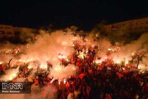 معترضین در یک راهپیمایی در پودگوریتسا ، مونته نگرو، مشعل روشن می کنند. چندین هزار معترض که پرچم های ملی را به اهتزاز در می آورند، در حمایت از حزب حاکم غرب در پایتخت این کشور تجمع کرده اند