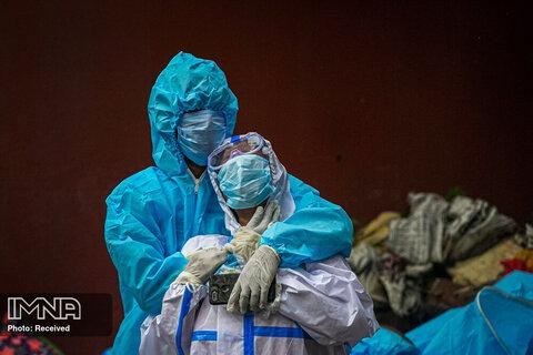 سوگواری یک زن بعد از دیدن بدن همسرش که قربانی COVID 19 شده است ، در شهر گواتهی، هند