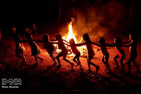 کودکان بومی در حین برگزاری یک مراسم آتش بازی در آلتو ریو گواما بازی می کنند