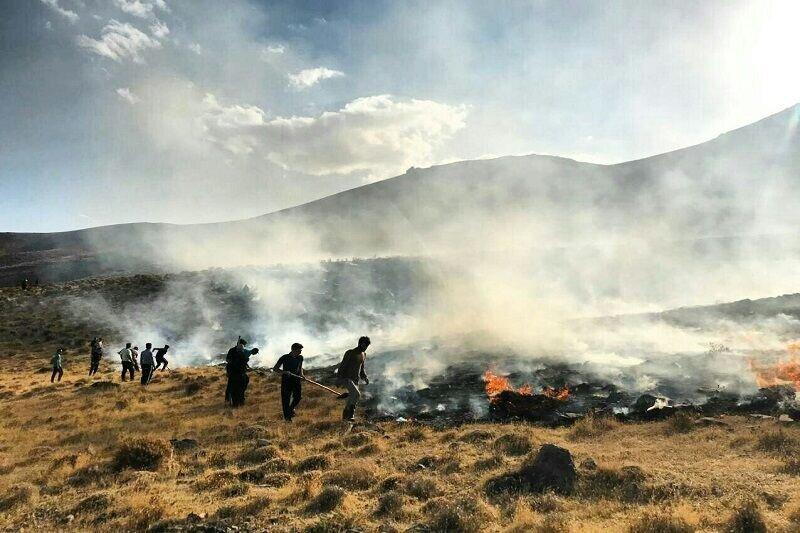 بخشی از مراتع روستای ون کاشان در آتش سوخت