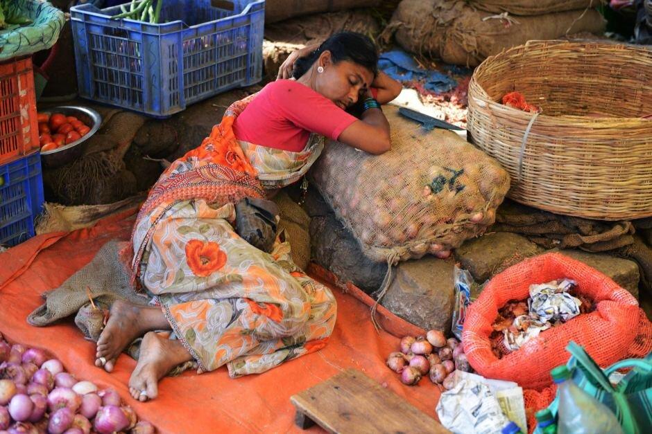 چالش فروشندگان خیابانی در دو اقتصاد بزرگ جهان