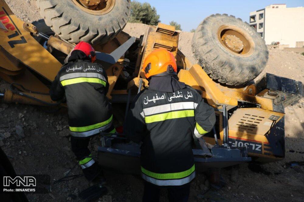سقوط لودر جان راننده ۴۵ ساله را گرفت + عکس