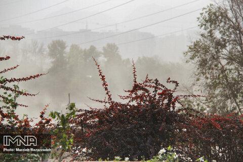 کاهش ۷ درجهای دما در اصفهان/ وزش بادهای شدید ادامه دارد