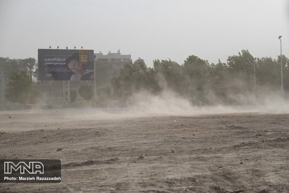 تندباد لحظهای اصفهان را دربر میگیرد