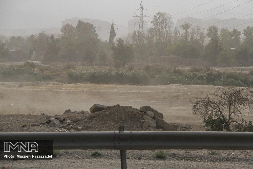 وزش باد شدید همراه با گرد و خاک پدیده غالب روز طبیعت است