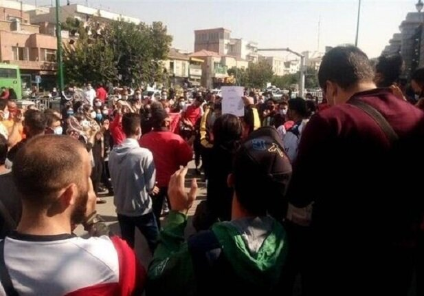 تجمع اعتراضی پرسپولیسیها مقابل مجلس شورای اسلامی