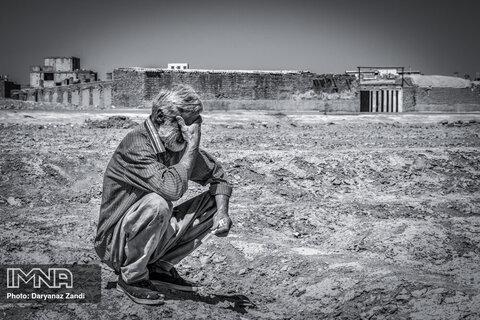 مواد همچنان محمد را ترک نمیکند و این تنها آرزوی اوست که خسته است و از زندگی یک پتوی سوخته و بنری کهنه برای سایبان آفتاب دارد و فقط کمک میطلبد!