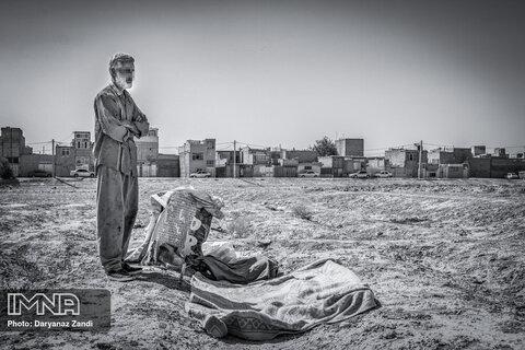 محمد ۶۰ ساله از قربانیان جنگ است. پس از مرگ همسر و تنها دخترش و کوچ به اصفهان برای فراموشی تن به مصرف مواد در حصه داد. سالها دچار اعتیاد بود و در سالهای اخیر توانست بخش بسیاری از آن را ترک کند