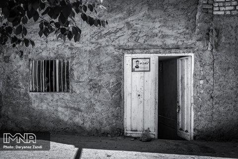 خانههای کوچک و محقر محله که مانند آدمهای داخل خانه حرفهای بسیاری دارند از سرنوشت آنچه بر آنها رفته