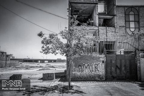 خانههایی که درست نزدیک اتوبان فرودگاه قرار دارند و با مشکلات بسیاری روبرو هستند.