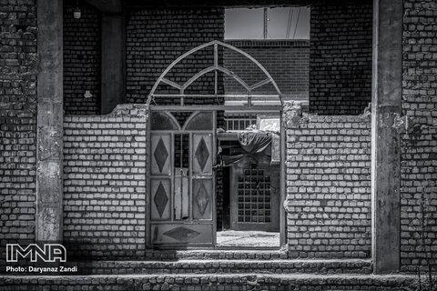 ورودی امامزاده که نه طلایی ست نه تزئیناتی و نه حتی اصلا دری و دیواری درست که برای مردم امن باشد