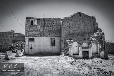خانهای ساخته شده اما نیمه کاره که البته در آن زندگی جریان دارد و خانهای قدیمی و تخریب شده و این دو در کنار هم.