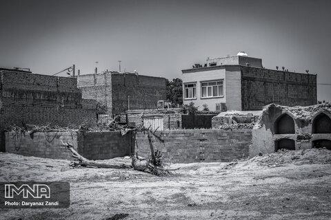 فضاهای نامناسب  در کنار خانهها و خانوادهها و محلهای عبور و مرور مردم، زندگی را برای آنان سخت کرده است