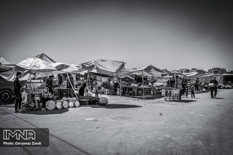 بازار محلی حصه که هر هفته برپا میشود و مردم مایحتاج خود را از دستفروشان میخرند