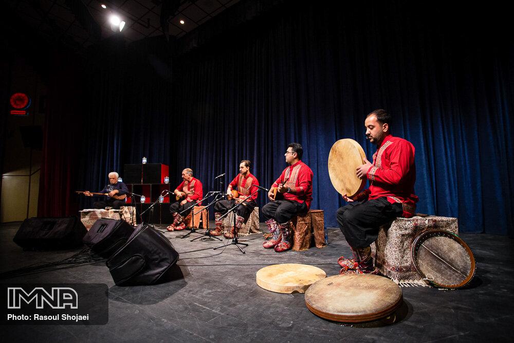 نواختن تنبور شرق و غرب در اصفهان
