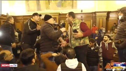 معترضان ارمنستانی پارلمان را اشغال کردند