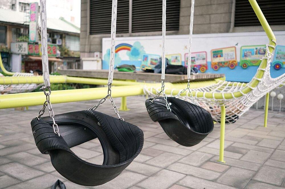 پارک بازیافتی از تیر چراغ برق و لاستیک!